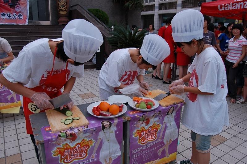 选手在厨艺大赛中的精彩展示