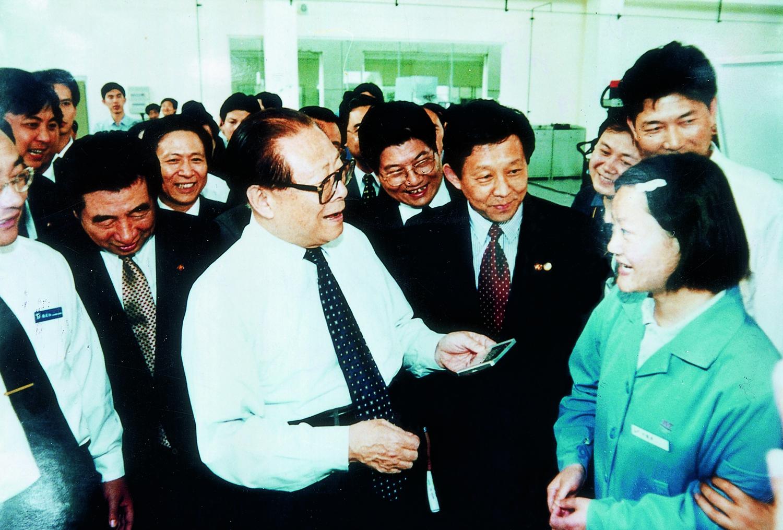 原中共中央总书记江泽民亲切接见我院学生卞