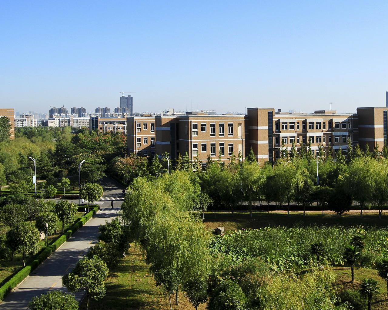 绿树环抱的教学楼