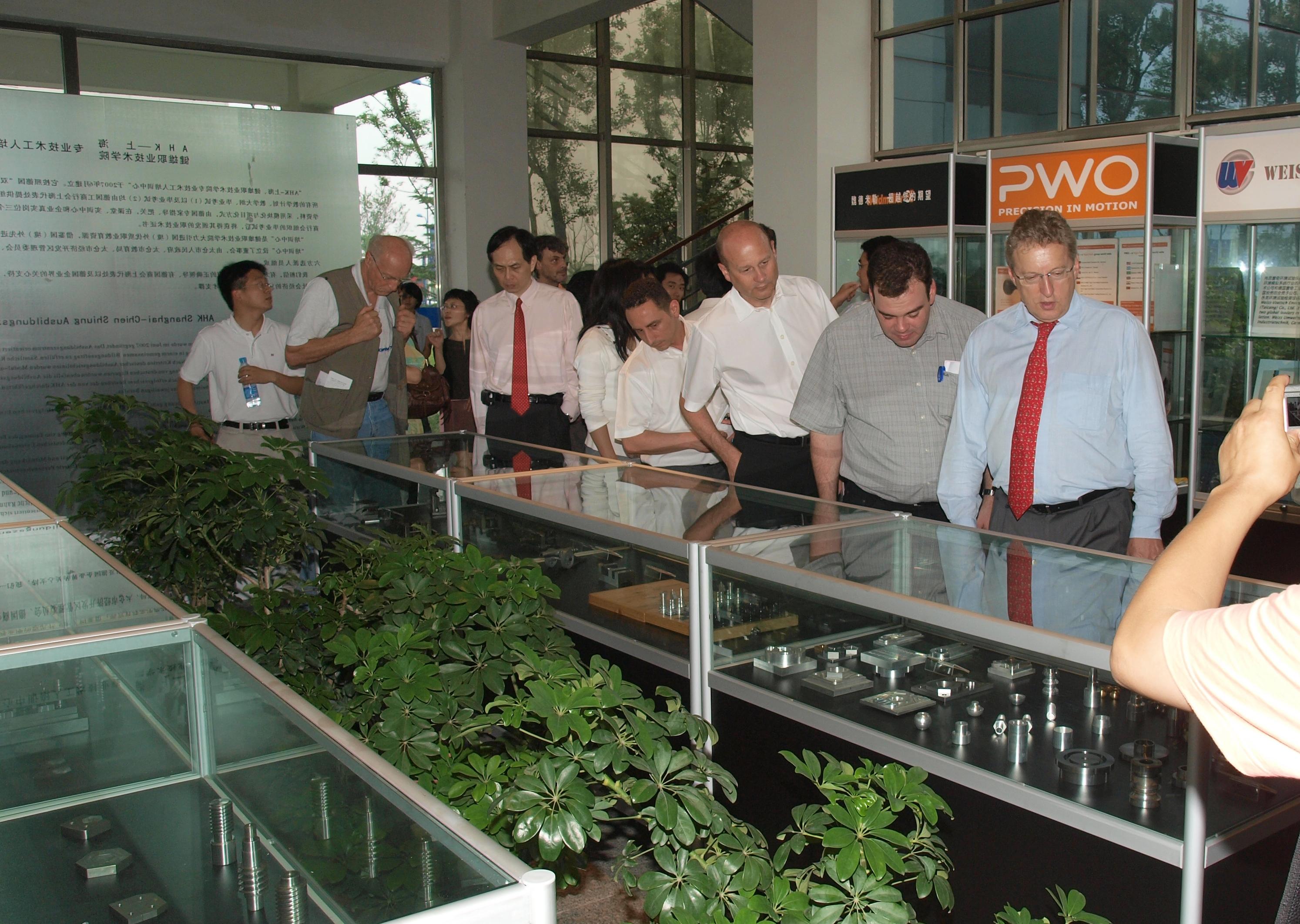 德国企业代表参观AHK培训中心学员作品