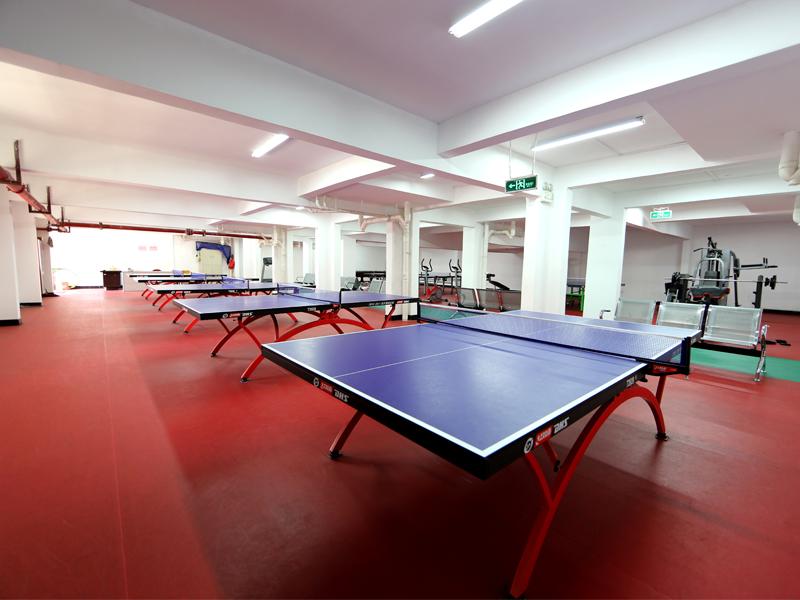 设备完整的学生健身房