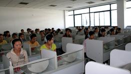 外语系学生在语音室上听力课